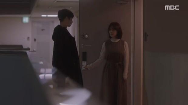 """Bắt quả tang """"ngoại tình"""" xịn như bạn trai Han Ji Min trong Đêm Xuân tập 6: Khỏi cần """"tóm"""" tận mặt, nhìn giày là đủ! - Ảnh 11."""