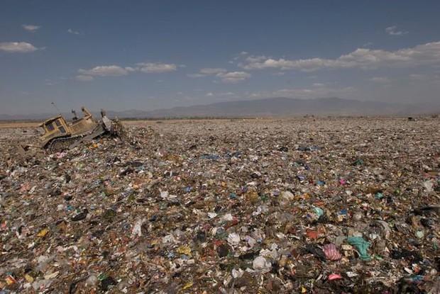 Ám ảnh những bãi rác khổng lồ chất cao như núi khắp nơi trên thế giới, có chỗ cao hơn 65 mét, rộng hơn 40 sân bóng đá - Ảnh 10.