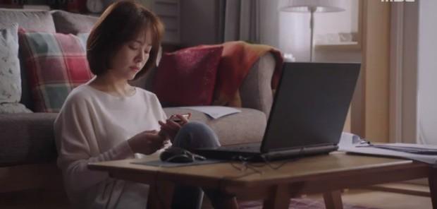 """Bắt quả tang """"ngoại tình"""" xịn như bạn trai Han Ji Min trong Đêm Xuân tập 6: Khỏi cần """"tóm"""" tận mặt, nhìn giày là đủ! - Ảnh 12."""
