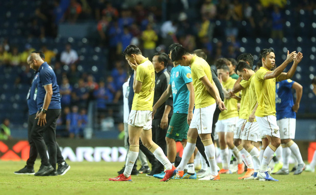 Tuyển Thái đi hết 4 góc sân xin lỗi khán giả nhà, Xuân Trường an ủi đàn em ở Buriram United - Ảnh 9.