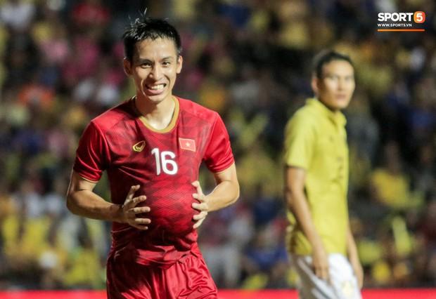 Hài hước: Tiền vệ tuyển Việt Nam bị trọng tài xin lại bụng bầu sau màn ăn mừng kinh điển - Ảnh 3.