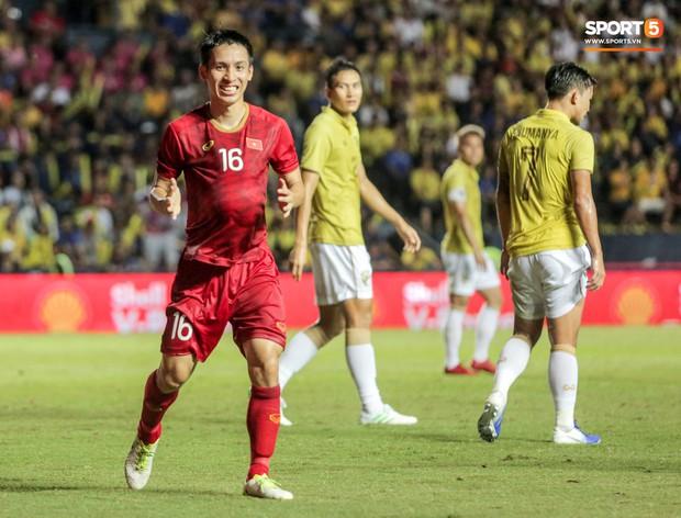 Hài hước: Tiền vệ tuyển Việt Nam bị trọng tài xin lại bụng bầu sau màn ăn mừng kinh điển - Ảnh 2.