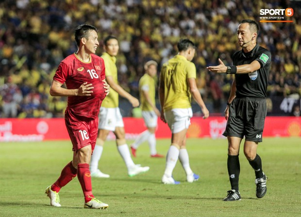 Hài hước: Tiền vệ tuyển Việt Nam bị trọng tài xin lại bụng bầu sau màn ăn mừng kinh điển - Ảnh 5.