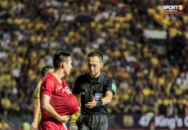 Hài hước: Tiền vệ tuyển Việt Nam bị trọng tài xin lại bụng bầu sau màn ăn mừng kinh điển - Ảnh 6.