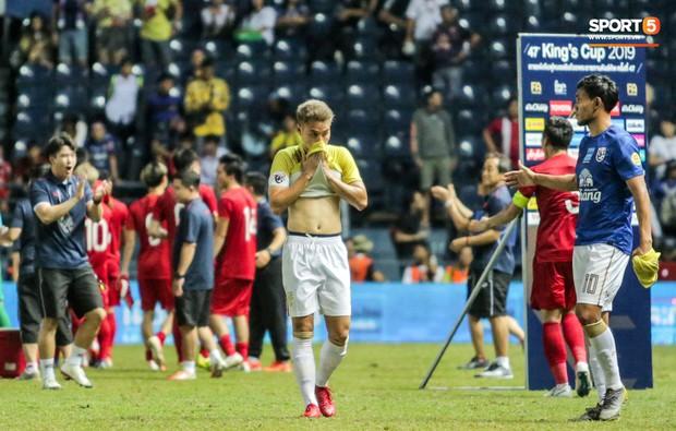 Hài hước: Tiền vệ tuyển Việt Nam bị trọng tài xin lại bụng bầu sau màn ăn mừng kinh điển - Ảnh 11.