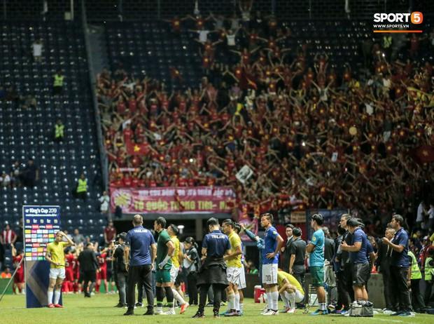 Hài hước: Tiền vệ tuyển Việt Nam bị trọng tài xin lại bụng bầu sau màn ăn mừng kinh điển - Ảnh 12.