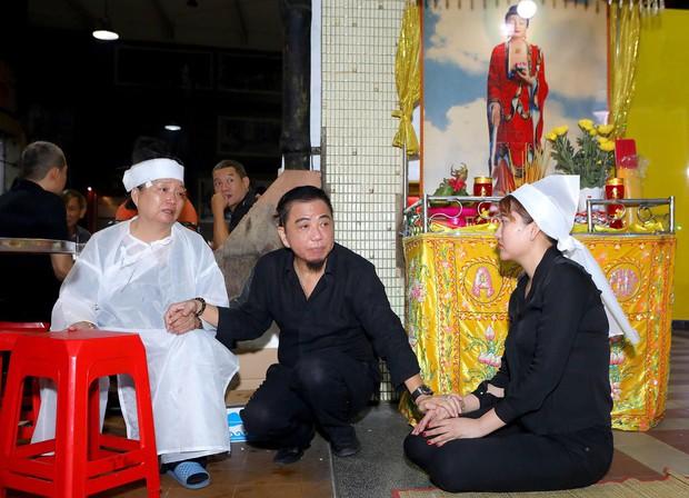 Nhiều nghệ sĩ đến thắp nhang chia buồn với Phi Thanh Vân khi bố vừa qua đời - Ảnh 3.