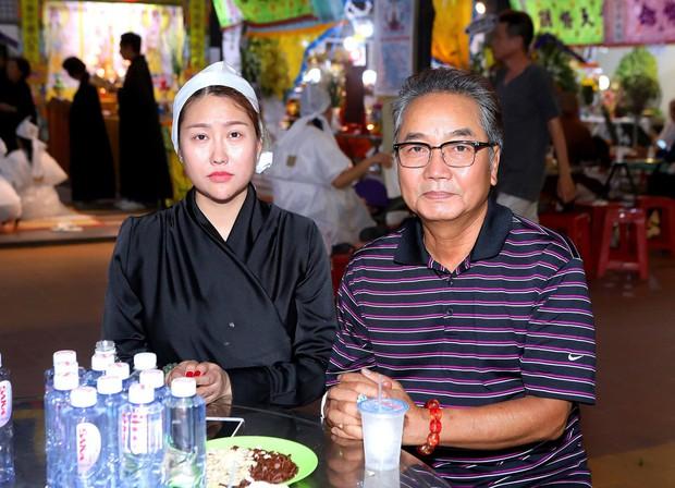 Nhiều nghệ sĩ đến thắp nhang chia buồn với Phi Thanh Vân khi bố vừa qua đời - Ảnh 4.