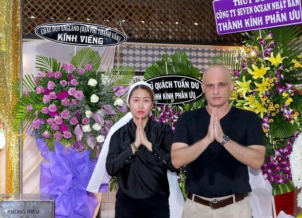 Nhiều nghệ sĩ đến thắp nhang chia buồn với Phi Thanh Vân khi bố vừa qua đời - Ảnh 2.
