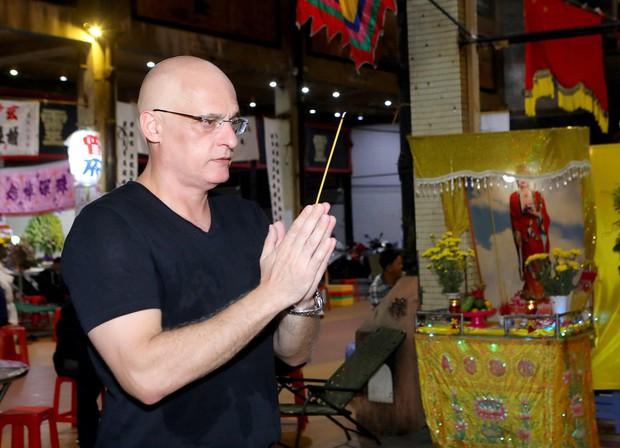 Nhiều nghệ sĩ đến thắp nhang chia buồn với Phi Thanh Vân khi bố vừa qua đời - Ảnh 1.