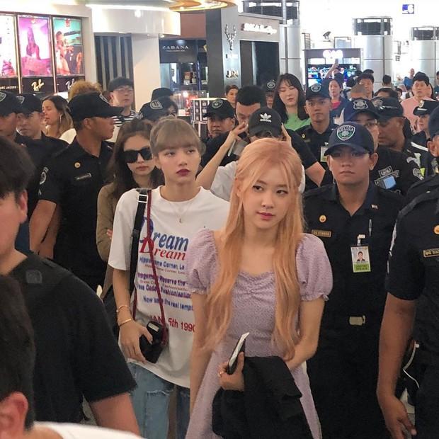 BLACKPINK lộ diện ở sân bay sau sự cố liên hoàn: Jennie đeo kính hằm hằm, các thành viên có biểu hiện đáng chú ý - Ảnh 3.
