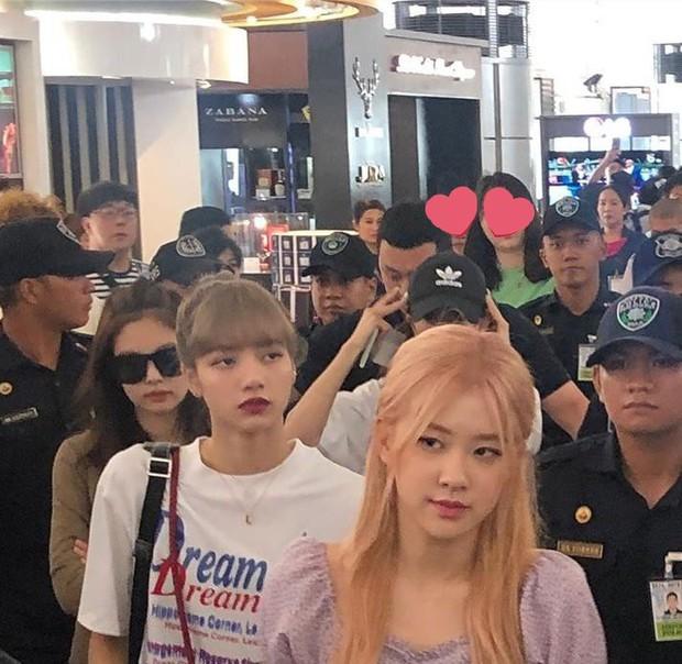 BLACKPINK lộ diện ở sân bay sau sự cố liên hoàn: Jennie đeo kính hằm hằm, các thành viên có biểu hiện đáng chú ý - Ảnh 4.