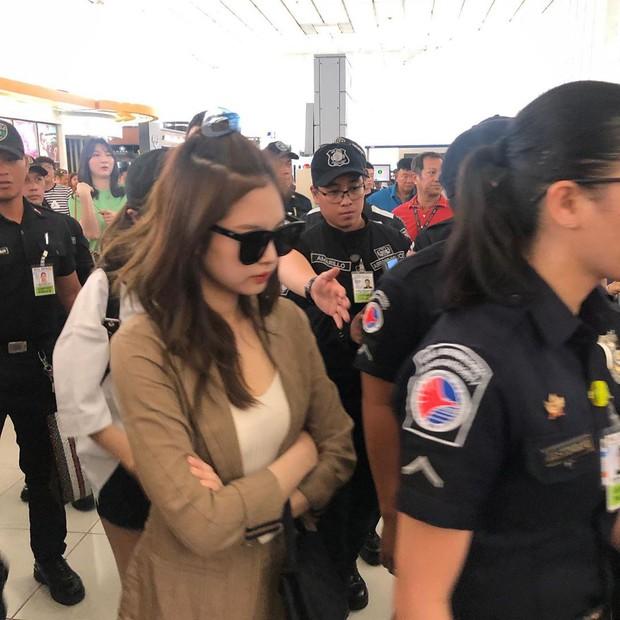 BLACKPINK lộ diện ở sân bay sau sự cố liên hoàn: Jennie đeo kính hằm hằm, các thành viên có biểu hiện đáng chú ý - Ảnh 2.