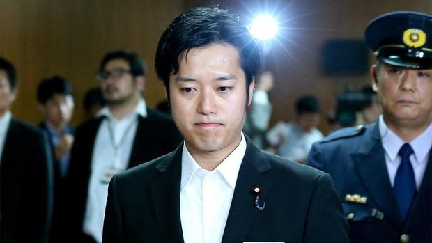 Uống 10 ly rượu rồi đòi sờ ngực phụ nữ, nghị sĩ Nhật điêu đứng, bị ép từ chức - Ảnh 1.