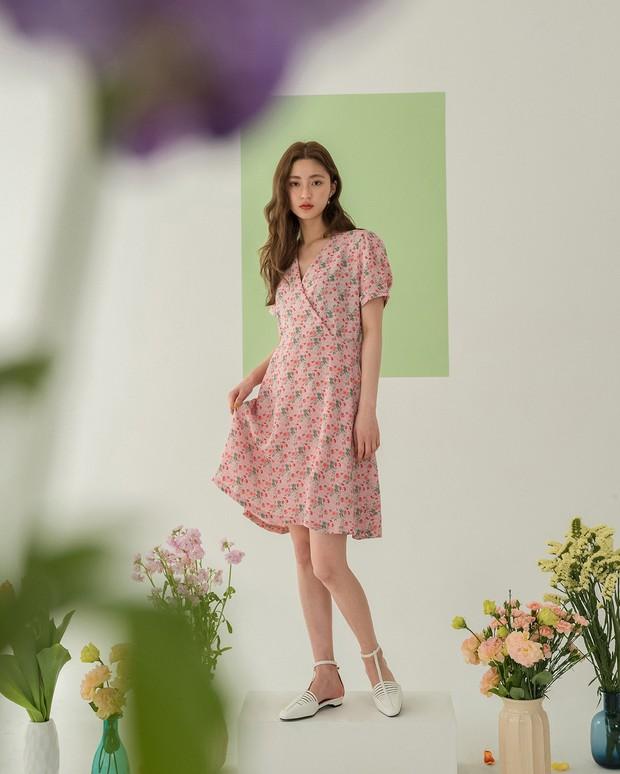 Váy hoa: item phủ sóng dày đặc mỗi mùa hè và 3 kiểu xinh đến nỗi bạn muốn rinh về hết cho tủ đồ - Ảnh 1.