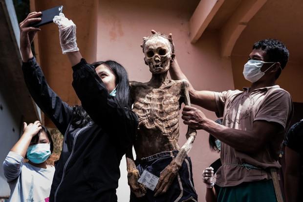 Bộ lạc văn minh nhưng có tập tục mai táng kỳ lạ nhất thế giới: Sống chung với thi thể đến khi nào con cháu đủ tiền tỷ làm đám ma thì chôn - Ảnh 16.