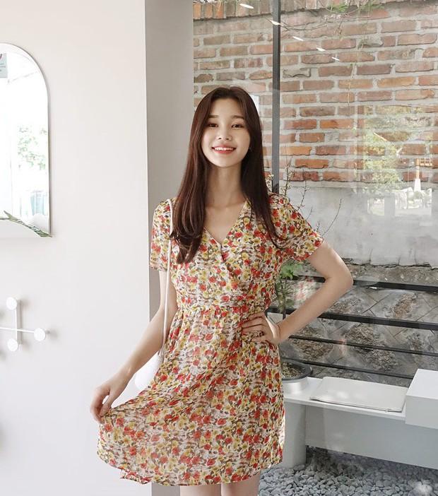 Váy hoa: item phủ sóng dày đặc mỗi mùa hè và 3 kiểu xinh đến nỗi bạn muốn rinh về hết cho tủ đồ - Ảnh 4.