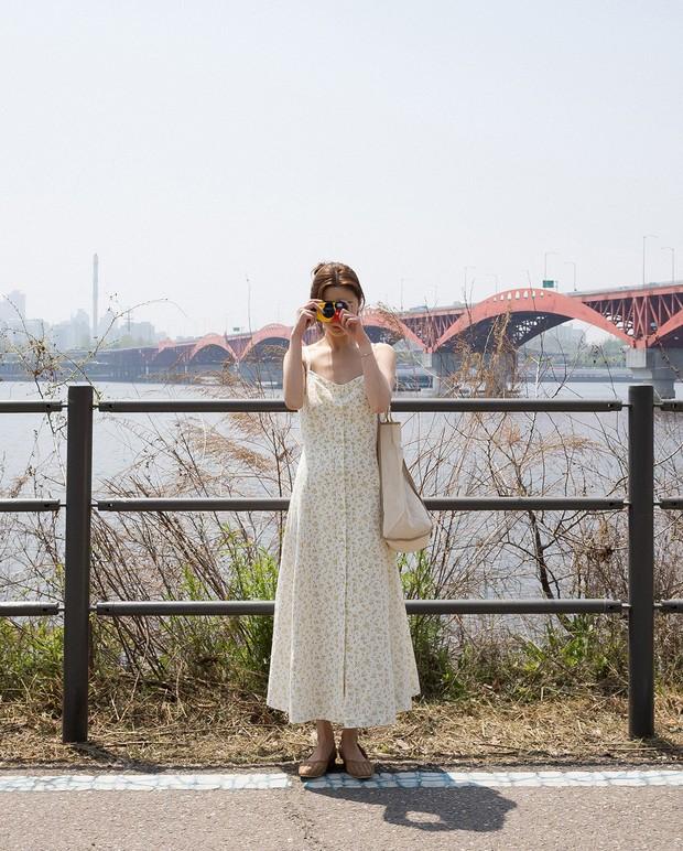 Váy hoa: item phủ sóng dày đặc mỗi mùa hè và 3 kiểu xinh đến nỗi bạn muốn rinh về hết cho tủ đồ - Ảnh 9.