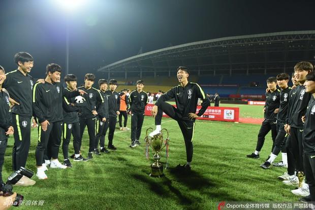 LĐBĐ Thái Lan cảnh báo Việt Nam, Curacao tránh tái diễn scandal giẫm chân lên cúp của U18 Hàn Quốc - Ảnh 1.