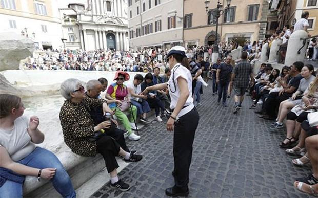 """Rome chính thức gia nhập những thành phố """"phát cáu"""" vì du lịch, không cẩn thận là khách tham quan bị cấm vĩnh viễn như chơi - Ảnh 2."""