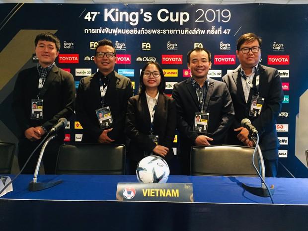 Phóng viên diện suit lịch lãm tới tác nghiệp trận Việt Nam đá chung kết Kings Cup 2019 - Ảnh 1.