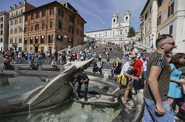 """Rome chính thức gia nhập những thành phố """"phát cáu"""" vì du lịch, không cẩn thận là khách tham quan bị cấm vĩnh viễn như chơi - Ảnh 5."""