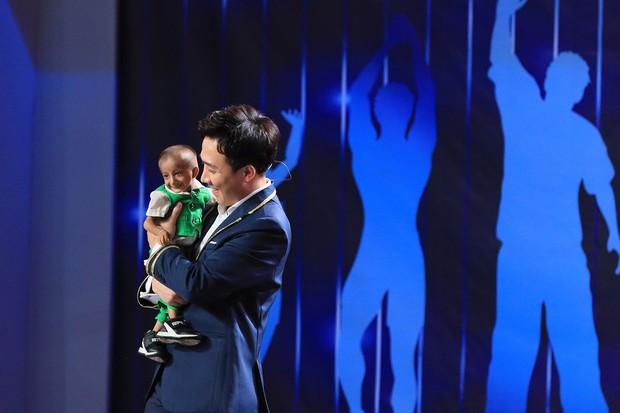 Người bí ẩn tiếp tục lấy nước mắt khán giả với màn xuất hiện của cậu bé tí hon - Ảnh 3.