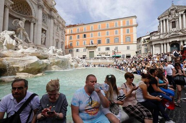 """Rome chính thức gia nhập những thành phố """"phát cáu"""" vì du lịch, không cẩn thận là khách tham quan bị cấm vĩnh viễn như chơi - Ảnh 4."""