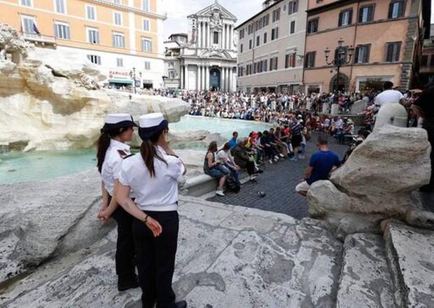 """Rome chính thức gia nhập những thành phố """"phát cáu"""" vì du lịch, không cẩn thận là khách tham quan bị cấm vĩnh viễn như chơi - Ảnh 3."""
