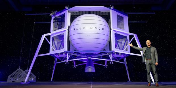 Jeff Bezos: Tôi muốn cứu nhân loại bằng cách lên Mặt Trăng - Ảnh 1.