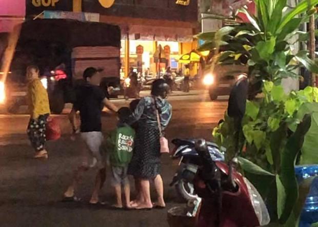 Nóng mắt cảnh vợ bụng mang dạ chửa vẫn bị chồng đánh đập ngay giữa đường, 2 con nhỏ sợ hãi nhìn bố đánh mẹ - Ảnh 5.