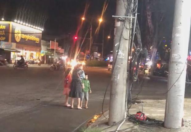 Nóng mắt cảnh vợ bụng mang dạ chửa vẫn bị chồng đánh đập ngay giữa đường, 2 con nhỏ sợ hãi nhìn bố đánh mẹ - Ảnh 4.