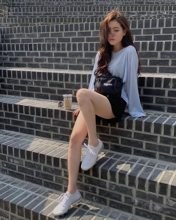 Trời oi bức kinh hoàng, bạn sẽ cần đến gợi ý ăn mặc mát mẻ mà vẫn đẹp xỉu từ các cô nàng Hàn Quốc sành mặc tuần qua - Ảnh 9.