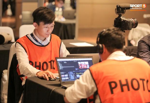 Phóng viên diện suit lịch lãm tới tác nghiệp trận Việt Nam đá chung kết Kings Cup 2019 - Ảnh 9.
