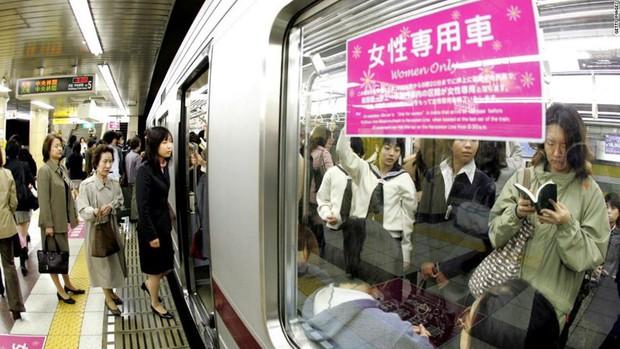 Đoạn clip không khác gì phim đen về thực trạng quấy rối tình dục nơi công cộng tại Nhật Bản khiến chị em chết khiếp, đàn ông cũng phát ngượng - Ảnh 4.