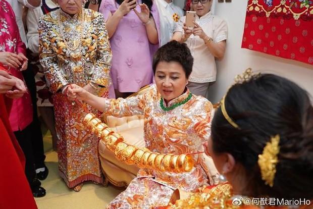 Choáng với sính lễ toàn vàng ròng trong đám cưới con gái 'vua sòng bạc Macau' - Ảnh 4.
