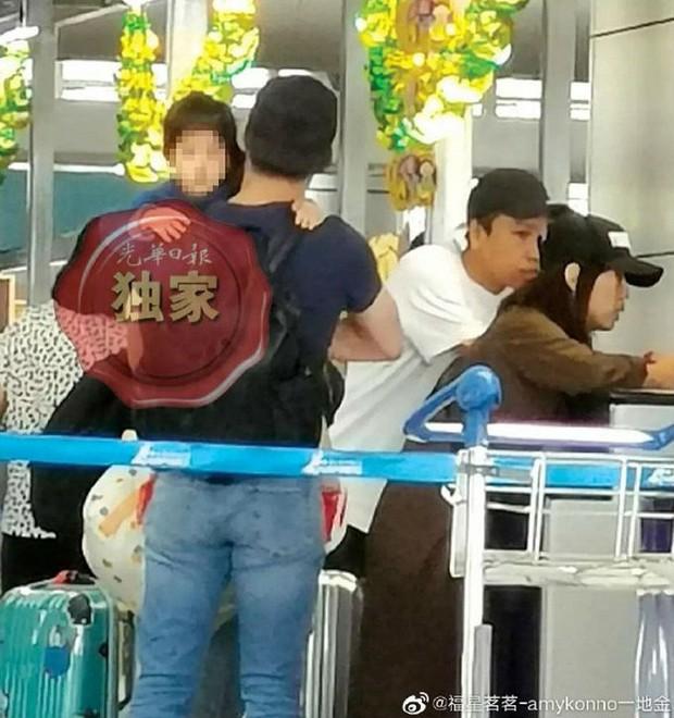 Con gái Lâm Tâm Như lần đầu lộ ảnh, hoá ra do Hoắc Kiến Hoa tận tâm đưa sang Malaysia gặp mẹ cho đỡ nhớ - Ảnh 4.
