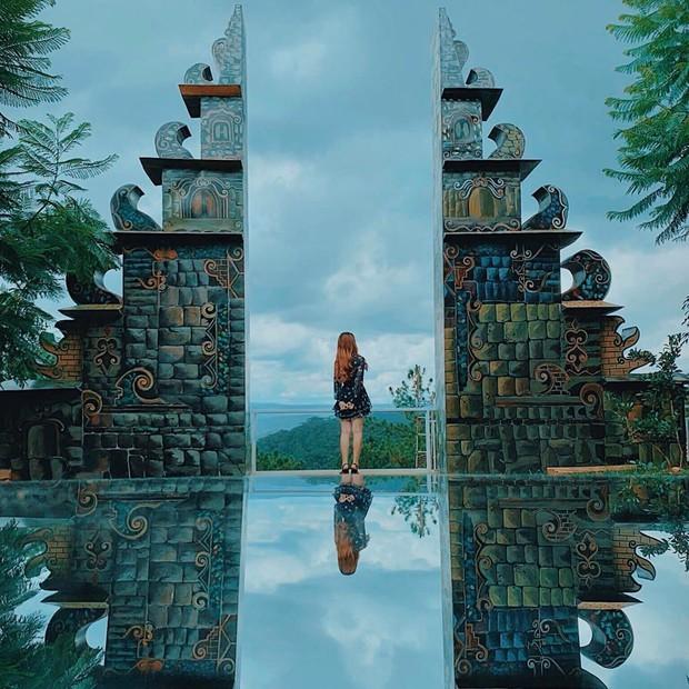 """""""Cổng trời Bali"""" mới xuất hiện ở Đà Lạt gây tranh cãi vì lạc quẻ, ảnh thì bị chỉnh """"lố"""" như sang tận Disneyland - Ảnh 2."""