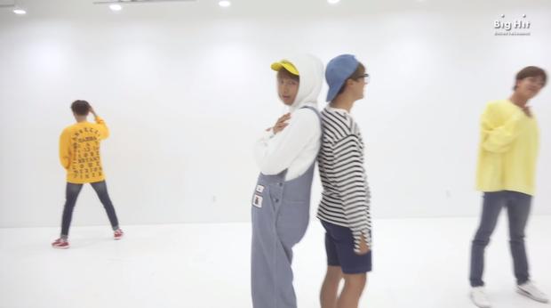 BTS tung bản vũ đạo mới cho hit mùa xuân: Nhiều động tác... sến, 2 thành viên túm áo như sắp đánh nhau - Ảnh 2.