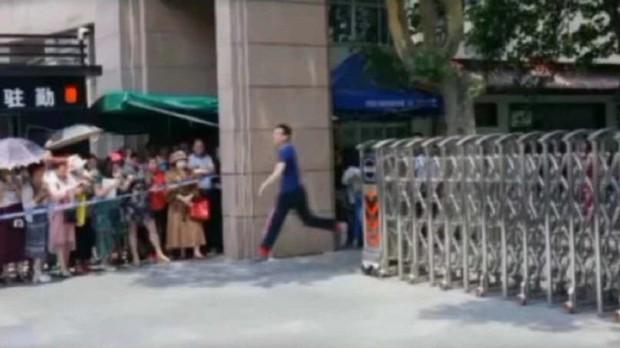 Hạnh phúc khi là người thi xong đại học đầu tiên, nam sinh hớn hở chạy như bay ra khỏi cổng trường khiến dân mạng bật cười thích thú - Ảnh 6.
