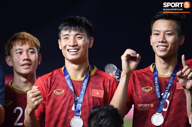 Sau khi ra hiệu cho fan Thái im miệng, đội trưởng tuyển Việt Nam có màn xát muối cực mạnh vào nỗi đau của CĐV nước chủ nhà - Ảnh 1.