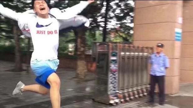 Hạnh phúc khi là người thi xong đại học đầu tiên, nam sinh hớn hở chạy như bay ra khỏi cổng trường khiến dân mạng bật cười thích thú - Ảnh 5.