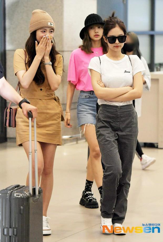 BLACKPINK đụng độ TWICE: Jennie lộ diện với biểu cảm tươi rói, dàn mỹ nhân YG đọ chân siêu dài bên đối thủ nhà JYP - Ảnh 1.