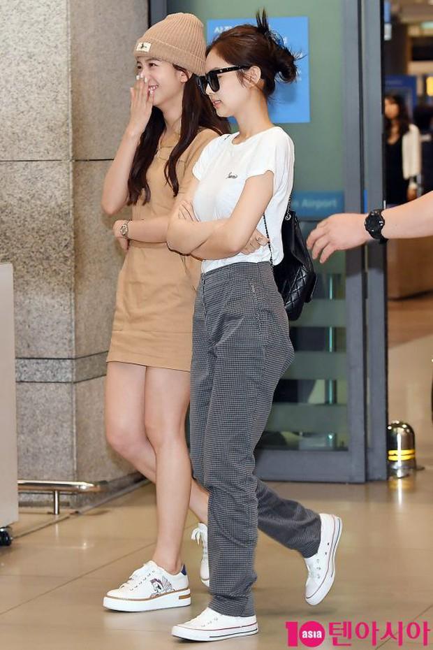 BLACKPINK đụng độ TWICE: Jennie lộ diện với biểu cảm tươi rói, dàn mỹ nhân YG đọ chân siêu dài bên đối thủ nhà JYP - Ảnh 3.