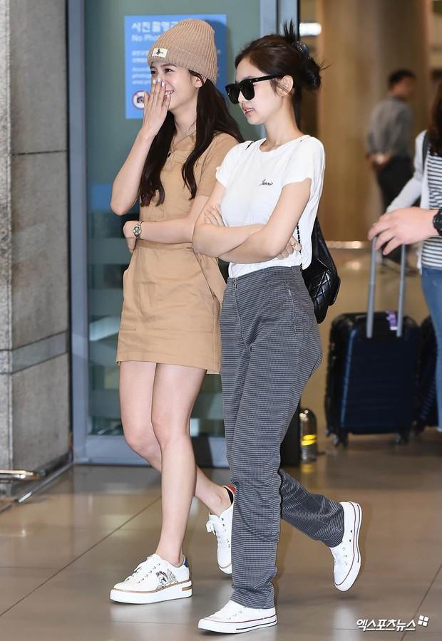 BLACKPINK đụng độ TWICE: Jennie lộ diện với biểu cảm tươi rói, dàn mỹ nhân YG đọ chân siêu dài bên đối thủ nhà JYP - Ảnh 2.