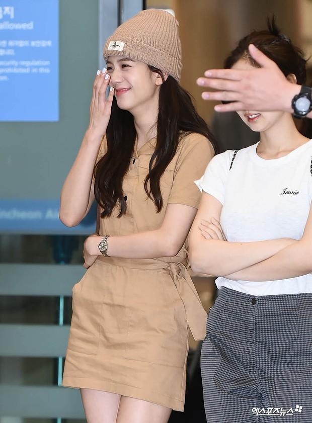 BLACKPINK đụng độ TWICE: Jennie lộ diện với biểu cảm tươi rói, dàn mỹ nhân YG đọ chân siêu dài bên đối thủ nhà JYP - Ảnh 7.
