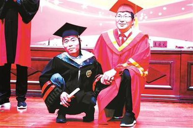 Vượt qua nghịch cảnh, chàng trai bị bệnh bại liệt từ nhỏ nhận bằng tốt nghiệp Y khoa ở tuổi 30 - Ảnh 1.