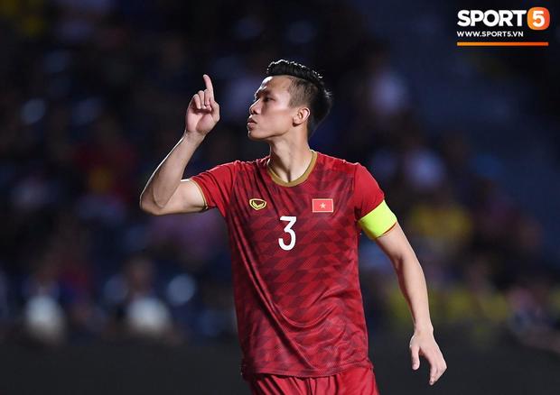 Sau khi ra hiệu cho fan Thái im miệng, đội trưởng tuyển Việt Nam có màn xát muối cực mạnh vào nỗi đau của CĐV nước chủ nhà - Ảnh 2.