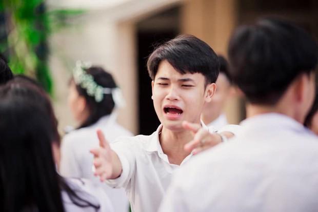 Vừa khóc lóc đòi ôm crush ngày cuối cùng của đời học sinh, cậu bạn liền quay ngoắt biểu cảm sung sướng thoả mãn cực hài - Ảnh 1.