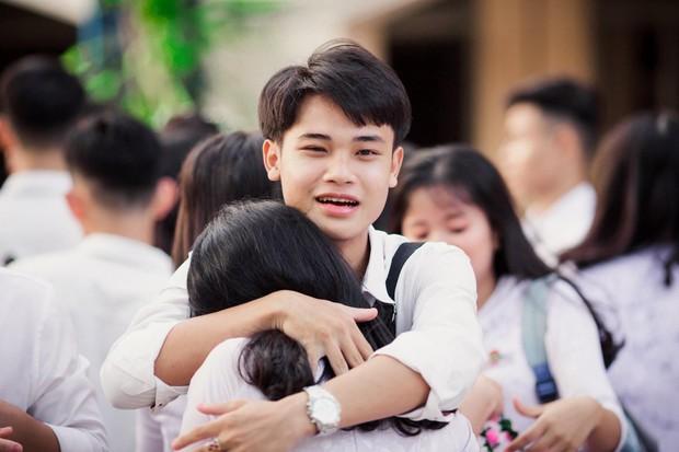 Vừa khóc lóc đòi ôm crush ngày cuối cùng của đời học sinh, cậu bạn liền quay ngoắt biểu cảm sung sướng thoả mãn cực hài - Ảnh 2.